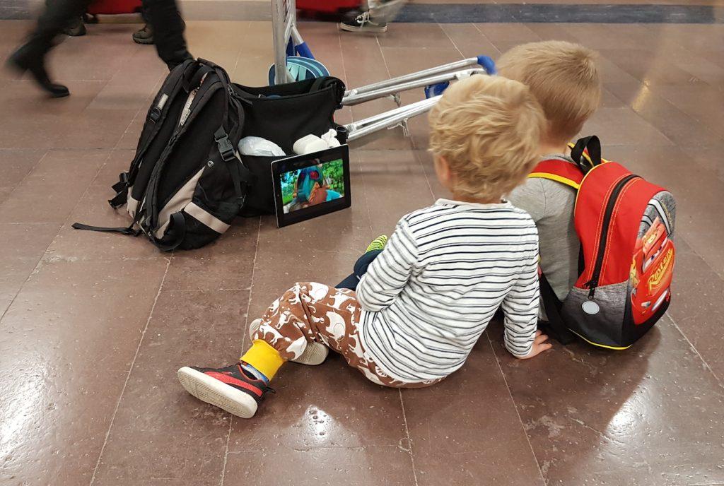 barnfamilj på flygplats