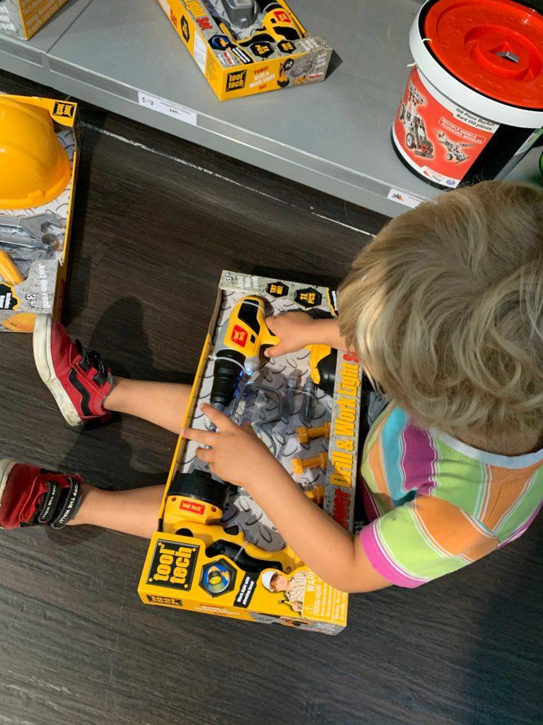 Adrian i leksaksaffär