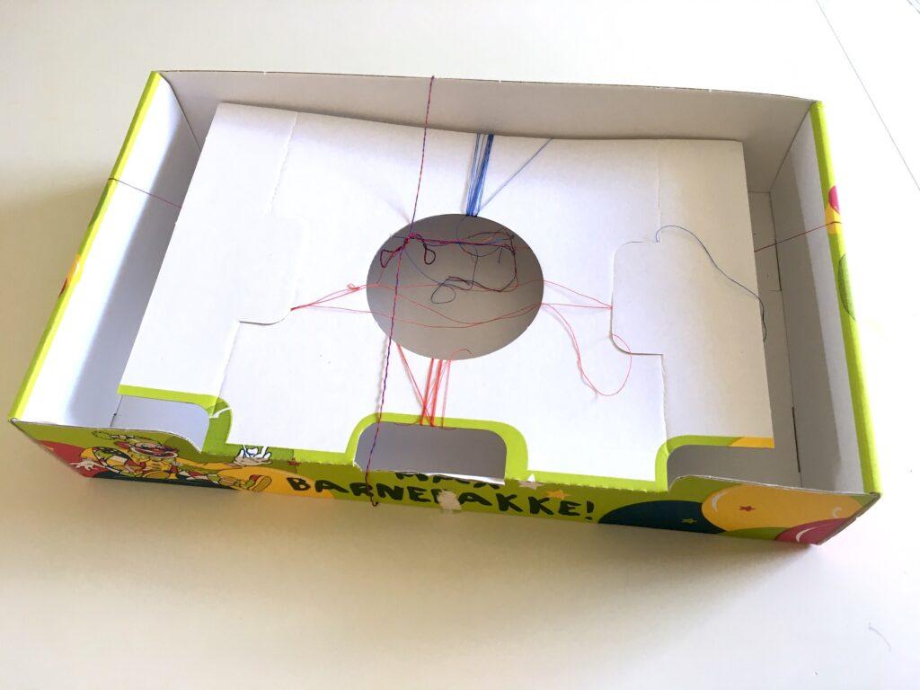 barnkonst med förpackning och sytråd